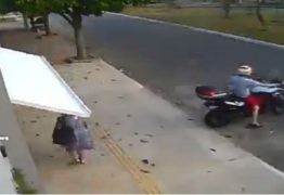 SUSTO: Motoqueiro faz mulher desavisada ser 'engolida' por portão de garagem; VEJA VÍDEO