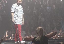 DE CARA NO CHÃO: Fã mostra seios para rapper durante show e a reação dele viraliza