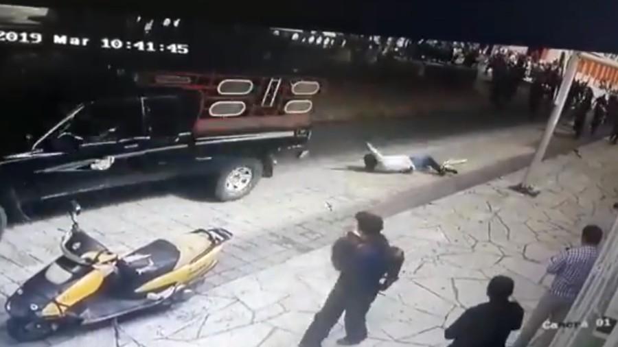 prefeito e sequestrado e amarrado em uma caminhonete no mexico 1570649327279 v2 900x506 - POPULAÇÃO REVOLTADA: Prefeito é amarrado em veículo e arrastado por moradores insatisfeitos com gestão - VEJA VÍDEO