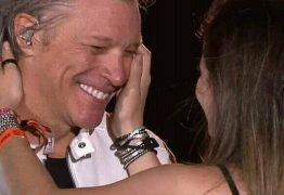 Fã que beijou Bon Jovi ganha bolsa de estudos para aprender inglês; VEJA VÍDEO