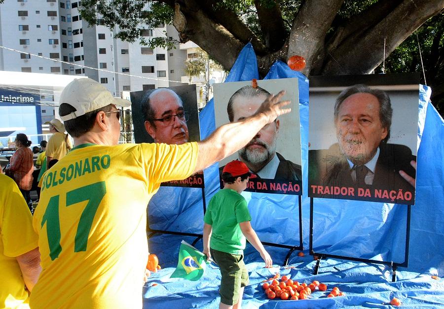 05 0619 0119 manifesto moro ar1 - Manifestantes anti-Lula atiram tomates em outdoor com fotos de ministros do STF