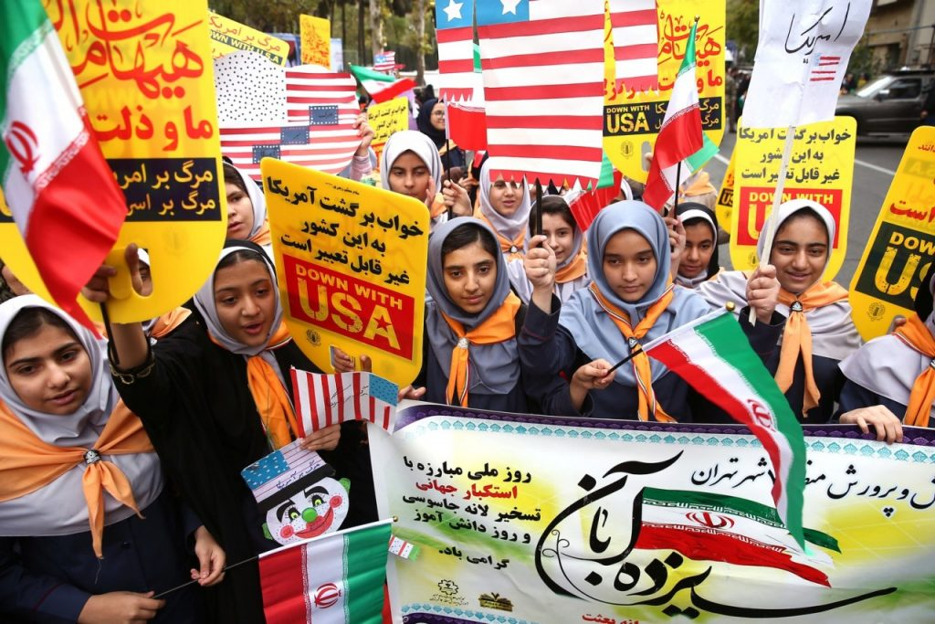 2019 11 04t103422z 486535446 rc176bb8f090 rtrmadp 3 iran usa embassy 1024x683 - Irã viola acordo nuclear ao operar 60 novas centrífugas avançadas