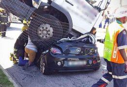 Mulher tem carro esmagado por caminhão desgovernado e sobrevive – VEJA IMAGENS
