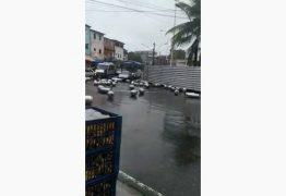 SUBINDO A LADEIRA: Botijões de gás despencam de caminhão – VEJA VÍDEO