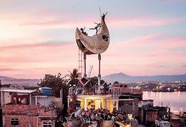 Artista francês constrói uma lua em morro no Rio de Janeiro