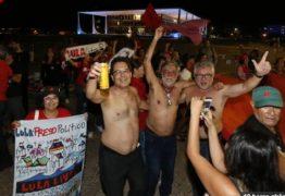 Apoiadores de Lula fazem festa e oferecem cachaça em frente ao Supremo