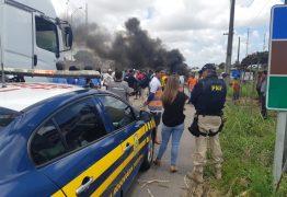 Motoristas alternativos interditam trecho da BR-101 no sentido Recife/João Pessoa – VEJA VÍDEO