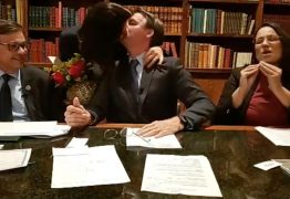 Michelle 'invade' live de Bolsonaro com buquê para comemorar 12 anos de casamento; VEJA VÍDEO