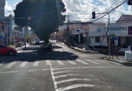 Caminhão derruba semáforo e invade loja no centro de João Pessoa