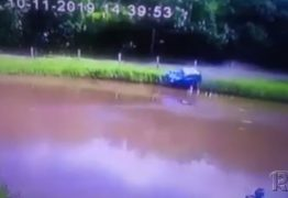 ALTA VELOCIDADE: Carro com 4 ocupantes perde controle e cai em açude – VEJA VÍDEO