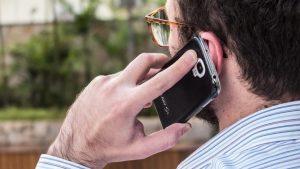 façando ao telefone celular 300x169 - É GOLPE! Procon-SP alerta para ligações com o próprio número - VEJA VÍDEO
