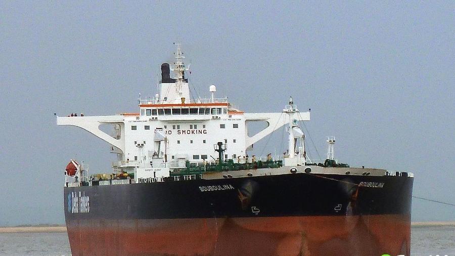 o navio bouboulina investigado pelo derramamento de oleo nas praias do nordeste 1572625829019 v2 900x506 - Justiça apura se navio grego com óleo tentou contato com firmas no Brasil