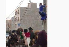 Mulher sobe em poste para fazer 'dança do ventre' e empolga multidão – VEJA VÍDEO