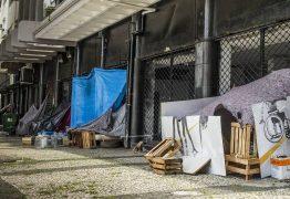 Moradores de rua criam 'puxadinhos' com direito a tv e 'ambientes divididos'