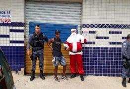 Papai Noel prende suspeito de roubo enquanto fazia entrega de presentes; entenda