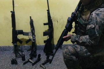 1 fuzis 14774689 360x240 - Bope apreende três fuzis, pistolas e duas granadas em operação