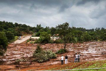 27jan2019 cidadaos observam dano causado pela lama que atingiu a regiao de brumadinho mg apos o rompimento de uma barragem de rejeitos de minerio da vale 1548637168519 v2 900x506 360x240 - Para especialistas, novo relatório aponta para culpa da Vale em Brumadinho