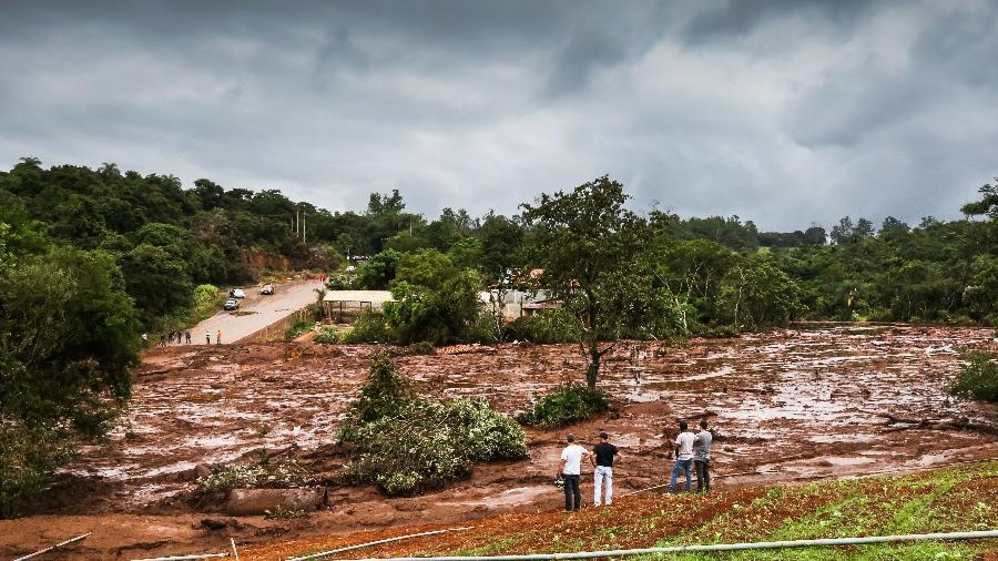 27jan2019 cidadaos observam dano causado pela lama que atingiu a regiao de brumadinho mg apos o rompimento de uma barragem de rejeitos de minerio da vale 1548637168519 v2 900x506 - Para especialistas, novo relatório aponta para culpa da Vale em Brumadinho