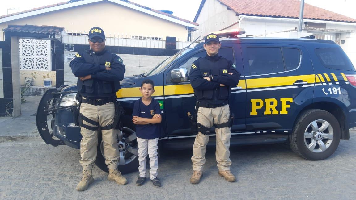 SURPRESA: Na Paraíba, menino realiza sonho de ter a PRF em aniversário de 8 anos