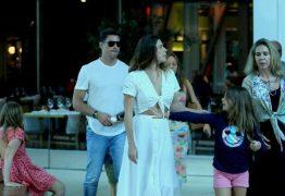 Cauã Reymond passeia com Mariana Goldfarb e a filha, Sofia