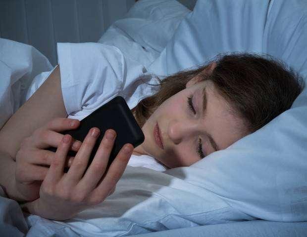BBY0o8N - Celular: uso antes de dormir desregula níveis de açúcar no sangue