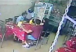 Câmera flagra assaltante rendendo família dentro de lanchonete em Campina Grande – VEJA VÍDEO