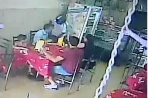 Capturar 46 - Câmera flagra assaltante rendendo família dentro de lanchonete em Campina Grande - VEJA VÍDEO