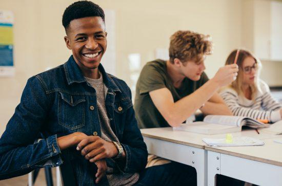 Estudantes bolsistas apresentam melhores notas acadêmicas, aponta estudo