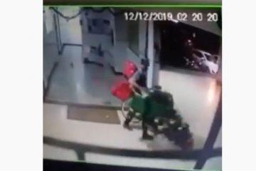 Homem invade prédio e furta árvore de Natal – VEJA VÍDEO