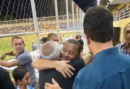 COPA DE BAIRROS: Ruy Carneiro e Nilvan Ferreira comparecem à final de jogo em JP e fazem 'corpo a corpo' com torcida