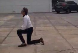 AGRADECENDO: Roberto Santiago é filmado rezando ajoelhado em rua no Bessa; assista