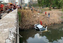 ACIDENTE: Homem morre após perder controle de veículo e cair dentro de rio em João Pessoa