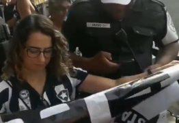 Felipe Neto divulga vídeo em que policiais apreendem faixa do 'Botafogo Antifascista' de torcedora – VEJA