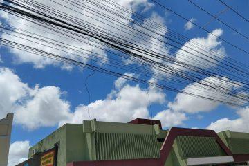 cabo soltos rua 360x240 - Jovem atingido por fios de poste em Santa Rita falece após quatro dias de internação