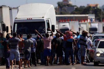 caminhoneiros 08082018175653877 360x240 - PARALISAÇÃO: Caminhoneiros prometem greve nacional e se dizem traídos por Bolsonaro; VEJA VÍDEO