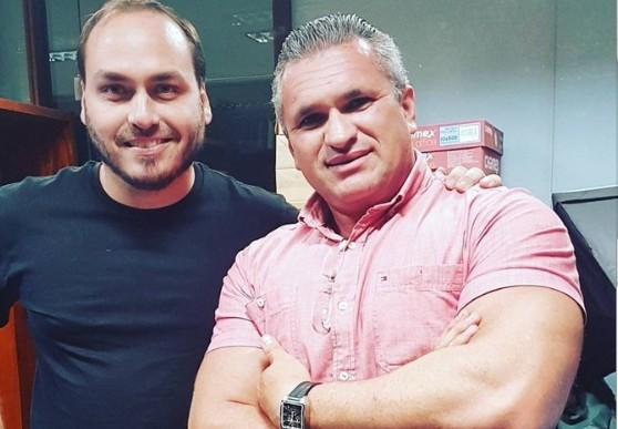 carlos bolsonaro w julian - 'REMÉDIO DE UM DOIDO É OUTRO DOIDO': Julian Lemos discute com o 'zero dois' no Twitter