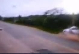 Carro parte ao meio ao bater contra poste – VEJA VÍDEO