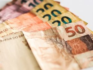 dinheiro economia brasil crescimento economico notas 300x225 - IBGE divulga dados onde João está entre as cidades com maior PIB do Brasil em 2017