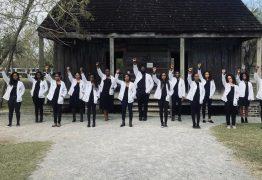 Estudantes negros de medicina posam para foto em antiga fazenda de escravos