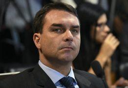 """MP acusa Flávio Bolsonaro e esposa de lavagem de dinheiro com a """"rachadinha"""" para comprar apartamentos"""