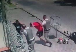 AÇÃO TRUCULENTA: Policiais militares agridem inocentes com socos e chutes – VEJA VÍDEO