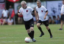 BATENDO UM BOLÃO: Lula joga futebol com Chico Buarque em campo do MST dois anos após ato de desagravo