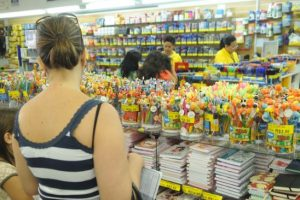 pais 300x200 - Pais formam grupo e fazem compra coletiva para economizar nos materiais escolares