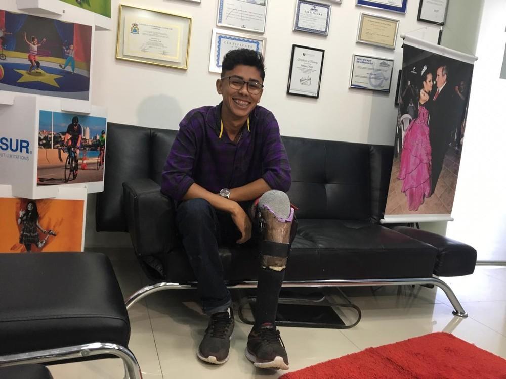 R$40 E CRIATIVIDADE: Jovem que fez perna com sucata de bicicleta ganha prótese