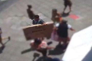 roubo tv 360x240 - PRESENTE DE NATAL? Homem entra em loja, pega TV e sai caminhando calmamente com produto - VEJA VÍDEO