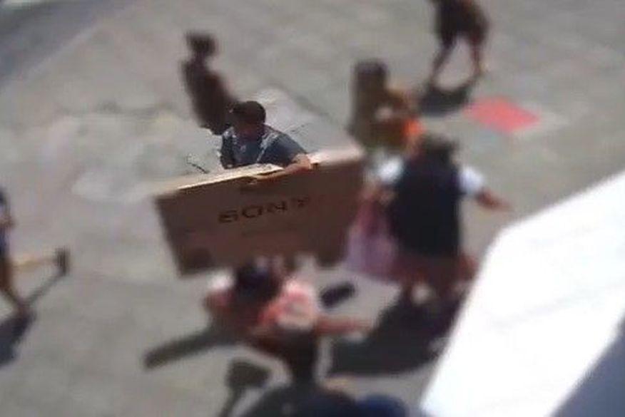 roubo tv - PRESENTE DE NATAL? Homem entra em loja, pega TV e sai caminhando calmamente com produto - VEJA VÍDEO