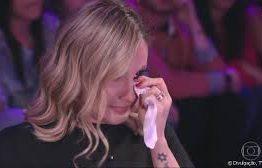 The Voice Kids: Claudia Leitte se desespera e precisa abandonar coletiva após saber da morte de um de seus músicos – VEJA VÍDEO