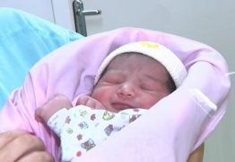 Mulher dá a luz a bebê em avião a caminho de Santiago e pouso emergencial é feito em Porto Alegre