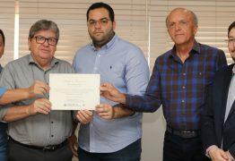 João Azevêdo recebe título 'Amigo do Transplante'