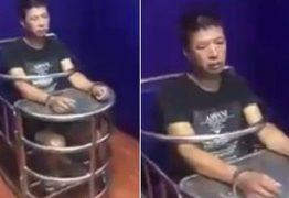 Cadeira 'sufocante' de interrogatório chama atenção na China – VEJA VÍDEO